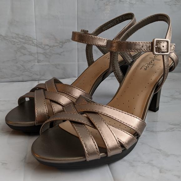 NWOB Clarks pewter Adriel Wavy heels